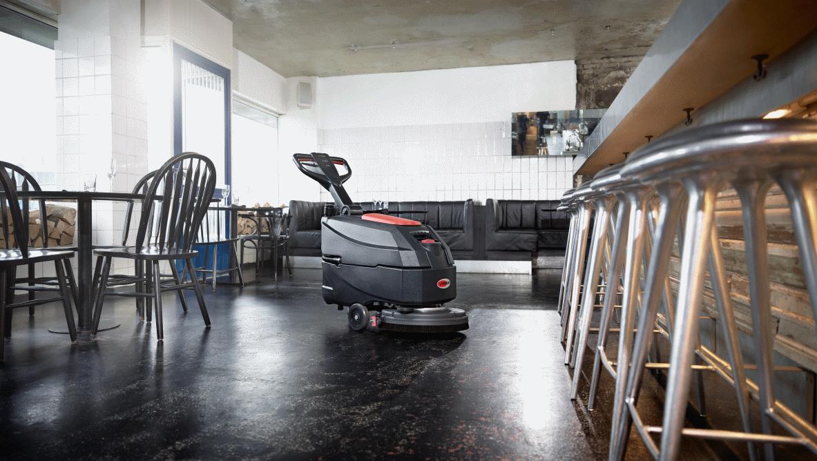 Viper AS 4325 C, yerleri temizliyor.